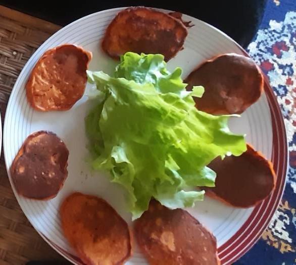 Blinis de tomates entourant une salade